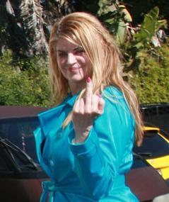 Kirstie Alley zeigt bigottem Paparazzi den Stinkefinger